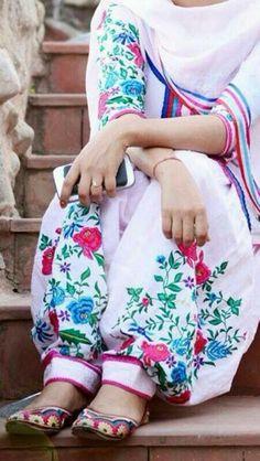 I loooove the salwar Indian Suits, Indian Attire, Indian Dresses, Indian Wear, Punjabi Fashion, India Fashion, Bollywood Fashion, Women's Fashion, Punjabi Salwar Suits