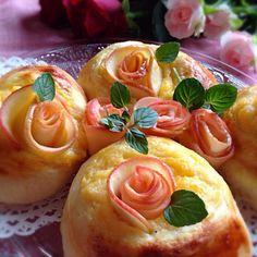 なおちゃん〜、約束果たしたよ〜✌️ 今朝からめっちゃ頑張ってん⤴️私に1番足りひんの丁寧やねん。けど、この林檎の薔薇だけは絶対丁寧に作ろうっておもってん。なおちゃんの丁寧と比べたらあかんで(笑) 私の精一杯の気持ちを込めて 連続して「なおちゃんのレシピの薔薇のパン」のUPが続いてるやろ。もうボチボチ鈍感な貴方にも響くよね。なんせ、1200以上UPしてるのにパンなんて数えるほどしか無い私が絶対作ろうっておもってんから なおちゃん、褒めてくれる? つくフォトされてたみんな、私なりの精一杯丁寧な「なおちゃんのレシピの薔薇のパン」の食べ友をよろしくお願いします。なおちゃんに愛を込めて - 312件のもぐもぐ - みんな、見て見て〜おばちゃん頑張ったで〜✌️なおさんの料理 りんごのバラで♡りんごのカスタードパン by 川上千尋