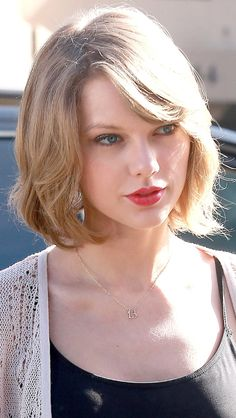 Sample photos for famous songstress Taylor Swift's short long bob hairstyles - Page 2 — Newsquote Taylor Swift Hot, Style Taylor Swift, Taylor Swift Haircut, Red Taylor, Short Blonde Haircuts, New Short Hairstyles, Teen Hairstyles, Short Haircut, Celebrity Hairstyles