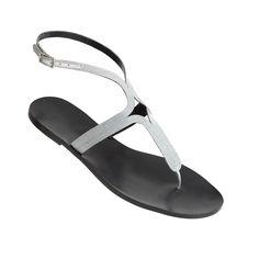 La sandalia Alicia en color plata de MAS34 es el mejor modelo para este verano, pues te permite vestirlas durante el día y la noche, y te verás elegante en ambos casos.  http://www.mas34shop.com