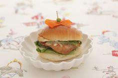 ロールパンのハンバーガーは、みんな大好きなテリヤキ味。/春のおべんとう(「はんど&はあと」2013年4月号)