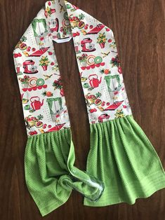 hand towels Midcentury Kitchen apron for your neck! Vintage kitchen appliances with green or red terrycloth hand towels. Do you tend to throw a towel over your shoulder as you cook? Sewing Hacks, Sewing Tutorials, Sewing Crafts, Sewing Tips, Sewing Ideas, Diy Crafts, Towel Apron, Leftover Fabric, Kitchen Aprons