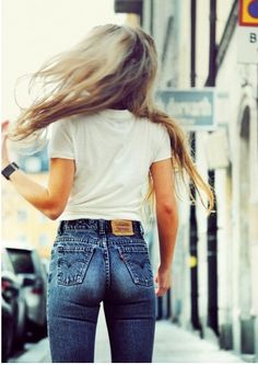 High waisted jean, so much more flattering to the figure than those uncomfortable liw rise jeans.