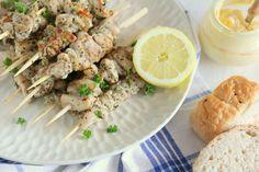 Bereid de Griekse kipspiesjes met citroen en oregano bij voorkeur op een houtskool barbecue. Dat zorgt voor het typische Griekse aroma. Tzatziki, Main Dishes, Bbq, Meat, Chicken, Food, Greeks, Afrikaans, Drink