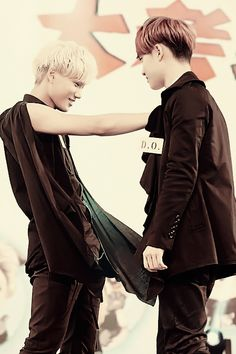 #Kaisoo awwww...... Kai (Kim Jong In) is trying to stop D.O (KungSoo) !!! How cute are these two?