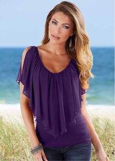 Veja agora:Descontraída e romântica, esta blusa permite criar vários looks especiais! Tanto faz se com saias, ou calças sociais chiques, esta blusa permite que se combine com inúmeras peças. O detalhe chamativo, fica por conta da do decote em V de ombro a ombro, tanto na parte frontal, como na traseira. De modelagem marcada. Comprimento de aprox. 70cm no tam. 44.