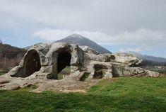 Eremitorio-Cueva de San Vicente, en Cervera de Pisuerga.- En el cartulario de Lebanza ya aparece mencionado este lugar en el 932, situado en la localidad de Cervera de Pisuerga, próximo a la pedanía de Vado, al que los estudiosos consideran como uno de los grandes restos eremíticos españoles en el Alto Pisuerga. Esta imagen en Wikimedia.