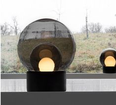 Belle lampe de sol aux formes épurées et au design contemporain.