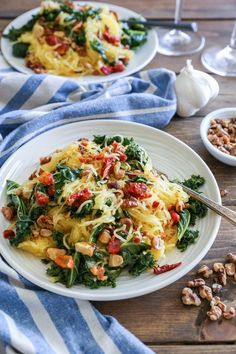 Nutritious Snack Tips For Equally Young Ones And Adults Roasted Garlic And Kale Spaghetti Squash With Sun-Dried Tomatoes - A Healthy Low-Carb Vegetarian Meal Healthy Dinner Recipes, Healthy Meals, Vegetarian Recipes, Vegetarian Spaghetti Squash Recipes, Vegan Spaghetti Squash, Vegan Dinners, Roasting Spaghetti Squash, Healthy Cake, Whole30 Recipes