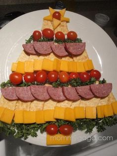 Easy Holiday Party Appetizers: Cheese, Cracker and Sausage Christmas Tree christmas-treats Holiday Party Appetizers, Christmas Party Food, Xmas Food, Christmas Cooking, Christmas Goodies, Party Snacks, Holiday Treats, Christmas Treats, Holiday Recipes