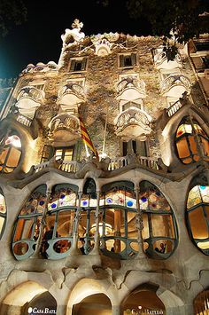 Our wonderful encounters with the architecture of Anto .- Unsere wundervollen Begegnungen mit der Architektur von Antoni Gaudi in Barcelona. House facade Casa Batlló by Antoni Gaudi, read more www. Art Et Architecture, Beautiful Architecture, Beautiful Buildings, Beautiful Places, Barcelona Architecture, Amazing Places, Amazing Person, Organic Architecture, Modern Buildings