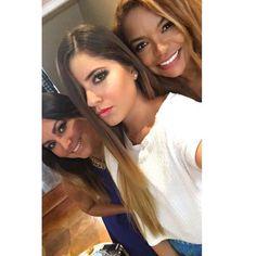 Un cachito del demo en nuestro #stylelovely modelo @amyvejarano técnica : smokey eyes en tonos neutros - piel iluminada - labios contour gracias a todas las asistentes en esta foto Carla Ramírez  #style #makeup #mua #makeuplover #makeuptalk #workshop #smokey #eyes #Illuminated #skin #lips #smokyeyes #makeupartist #lenacepedamakeup #professionalmakeupartist #makeuppro #ecuador #latina #nextstop #bcn #sevillla #spain by lena_cepedamakeup