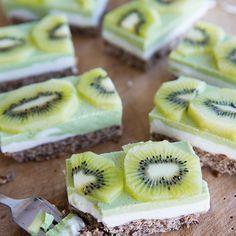 Als het gaat om kiwi's, eten we ze meestal gewoon zo, geschild en al, door de helft gesneden en uitgelepeld! Ik hou er zelf ook van om kiwi toe te voegen aan fruitsalades en smoothies, maar ik dacht dat het voor vandaag wel tijd was voor een origineel receptje, namelijk in een heerlijke cheesecake met ...