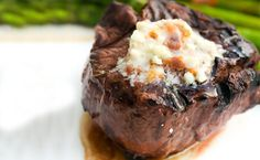 Manteiga de bacon com queijo azul - http://superchefs.com.br/manteiga-de-bacon/ - #Acompanhamentos, #Bacon, #Bife, #ComoFazerBife, #ManteigaDeBacon, #QueijoAzul, #Receitas
