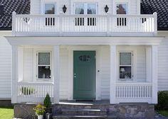 Ge huset ett lyft med ytterdörr i ny stil! Outdoor Areas, Balcony, Garage Doors, Loft, Cottage, Mansions, Architecture, House Styles, Interior
