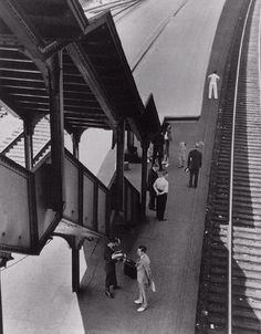 """""""Poughkeepsie"""" – Nova Iorque (1937) - André Kertész // Foi pioneiro da """"fotografia de rua""""; Sucessor de Atget; Apenas o necessário para construir a cena; Justaposição de imagens, máquinas, figuras humanas, arquitetura e paisagem urbana."""