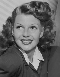 Rita Hayworth, 1940s Glamour Hollywoodien, Old Hollywood Glamour, Golden Age Of Hollywood, Hollywood Stars, Classic Hollywood, Rita Hayworth, 1940s Hairstyles, Girl Hairstyles, Wedding Hairstyles