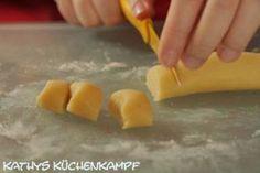 Marzipanteig wird geschnitten