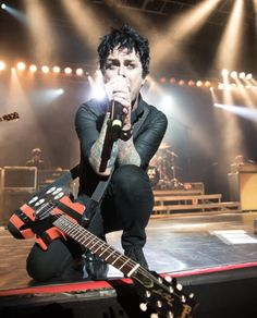 Hes sp fucking hot Rock Roll, Great Bands, Cool Bands, Green Day Live, Green Day Band, Green Day Billie Joe, Hello Green, Jason White, American Idiot