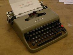 Vintage Typewriter - Olivetti 22 - 1960s - excellent condition