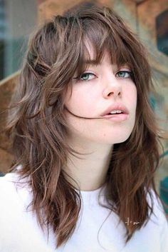 """The """"shag"""" hairstyle, the new hair trend to adopt .- La coiffure """"shag"""", la nouvelle tendance capillaire à adopter The """"shag"""" hairstyle, the new hair trend to adopt - Short Hair With Bangs, Haircuts With Bangs, Hairstyles With Bangs, Thin Hair, Hair Bangs, Cut Bangs, Trendy Hairstyles, Gothic Hairstyles, Short Wavy"""