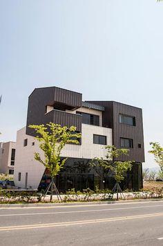 더 테라스3_울산 중구 약사동 413-21 상가주택: AAG architecten의 주택 Facade Design, Architecture Design, Building A House, Multi Story Building, Floating House, Home Deco, Exterior, Interior Design, World