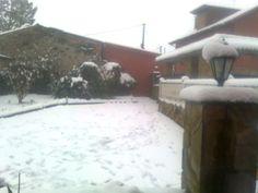 Invierno 2012. Después de una intensa nevada, el jardín de mi casa aparece cubierto de nieve. El movimiento de traslación, junto con la inclinación del eje terrestre, hacen que los hemisferios no reciban la misma cantidad de luz del sol, provocando que se originen las estaciones.