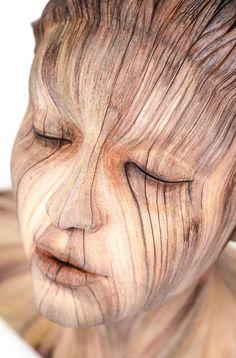 Christopher David White est un artiste américain avec un talent particulier. A la base il sculpte, il créait des choses à l'aide de céramique, mais là ou il est vraiment très très fort, c'est qu'il transforme la céramique en bois. Regardez ce qui suit, vous n'allez pas en croire vos yeux !!