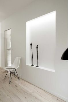 Copenhagen Penthouse by Dannish architects Norm Architects. I love the white walls and light coloured floor creating a sens of lightness. The concealed indirect lighting is beautifull and adds to the light atmosphere. Black And White Interior, Simple Interior, Interior Architecture, Interior And Exterior, Interior Design, Art Niche, Niche Design, Pent House, Interior Inspiration