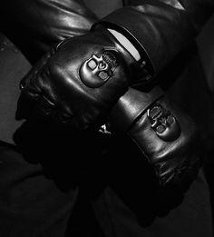 skulls on black leather gloves Mafia, Gentlemen Club, Organization Xiii, Roman Sionis, Xavier Samuel, New Retro Wave, Style Masculin, All Black, Black And White