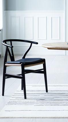 Hans Wegner es quizá uno de los diseñadores escandinavos más conocidos internacionalmente. Su dominio de la madera lo llevó a crear cientos de muebles que aún hoy en día siguen en producción.