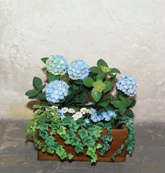 Beautiful planter with blue hydrangeas, daisies, primroses and ivy, completely handmade with paper and painted with acrylic colors. Size: 5.3