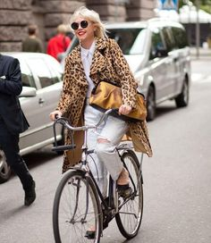 Street Style Outfits, leopard coat with white jeans & top. Best Street Style, Street Chic, Street Style Women, Cycle Chic, Bicycle Girl, Bike Style, Mode Vintage, What To Wear, Style Inspiration