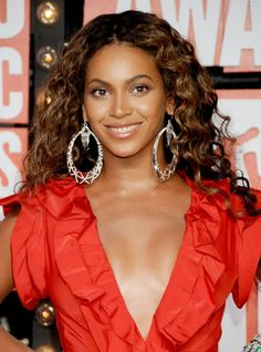 Beyoncé rocked brunette curls at the 2009 MTV Video Music Awards with a subtle grey smoky eye and and glossy nude lip. Beyonce Photoshoot, Beyonce Coachella, Blue Ivy Carter, Solange Knowles, Jay Z, Celebrity Couples, Celebrity News, Houston, Beyonce Fans