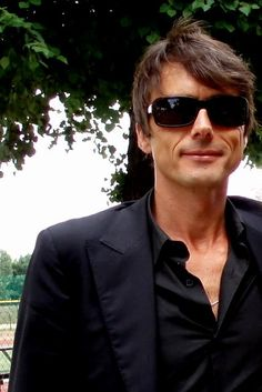 Brett Anderson, Roll Hairstyle, Britpop, Music Icon, Timeless Fashion, Besties, Hair Cuts, Mens Sunglasses, Handsome