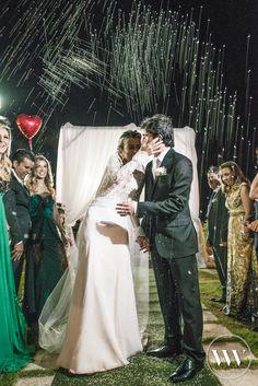 É chuva de arroz ou de estrelas? Lindo demais o casamento da Gabriela e do Lucas: http://www.valwander.com/blog/gabriela-lucas-2/  #festa #casamento #valwander #noivos #brilho #fotografiasemocionantes #luz #fotografiacasamento #estrelas
