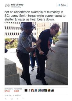 """Entre as inúmeras imagens que registraram as manifestações contrárias e favoráveis à retirada da bandeira confederada do capitólio estadual, em Columbia, Carolina do Sul, talvez a mais impactante possa ser a do policial Leroy Smith, negro, ajudando um simpatizante nazista, não identificado, que precisou de auxílio sob o forte sol do último sábado, 18 de...<br /><a class=""""more-link""""…"""