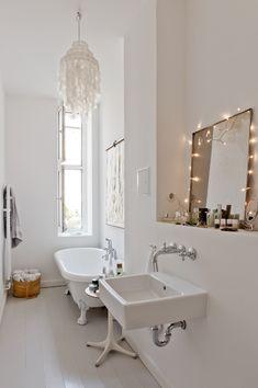 Wie lässig. Dieses Badezimmer wirkt unscheinbar und doch so spektakulär mit #freestandingtub, Lämpchen am #mirror, cooler Lampe und #clawfoot