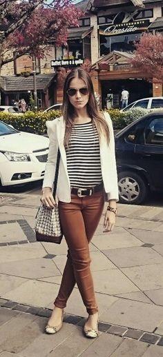 """Olha com a blusa listrada, só trocaria essa calça que já está meio """"coleção passada"""" e apostaria  num jeans meio destruído ou uma saia"""