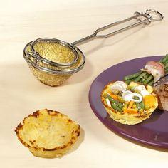 Surprenez vos invités en leur servant des nids de pommes de terre garnis de légumes. Une réalisation facile avec ce petit appareil qu'il vous suffit de remplir de pommes de terre râpées avant de le plonger dans la friture.