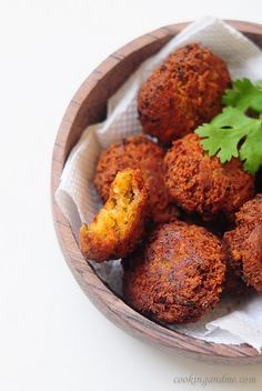 How to Make Falafel with Tahini Lemon Sauce Recipe 1/2 cup dry chickpeas, soaked overnight or atleast 10 hours (will be about 1 cup when soaked through) 1 tsp cumin seeds / jeera 1/2 tsp coriander powder / dhania 1/2 tsp red chilli powder 1/2 tsp minced or crushed garlic (about 4-5 cloves) One bunch fresh coriander leaves / cilantro, chopped 1 small red onion, chopped fine 1-2 tbsp freshly squeezed lemon juice 2-3 tbsp plain flour (or crumbs from 2 slices of stale bread) Salt to taste