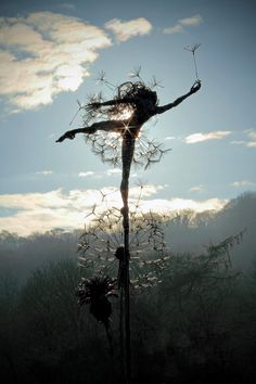 The Wish Maker: Robin Wight UK Wire sculpture Robin Wight, Sculptures Sur Fil, Sculpture Art, Wire Sculptures, Fantasy Wire, Fairy Art, New Artists, Faeries, Installation Art