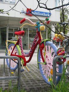 Im April war das bestrickte Fahrrad von Renate Wagner der Hingucker vor der Stadtbibliothek Laim. (Foto: Werner Brandl)