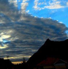 L'alba di un nuovo giorno. La Sacra immobile, masse di nuvole scure si muovono inquiete lasciando solo brandelli di cielo azzurro. Attesa di pioggia sulla terra arida.  #myValsusa 08.09.16 #fotodelgiorno di Vincenzo Bonaudo