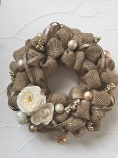 もみの枝など様々な素材を利用して作られるクリスマスリースですが、今年はぜひ『burlap wreath(バーラップ