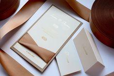 💎 LUXUS IN ZWEI SCHICHTEN 💎 Diese Hochzeitskarte wirkt dank der präzise gewählten Kombination der Papierfarben sehr geschmackvoll. Der Einladungstext ist auf das hellcremefarbige Papier gedruckt. Das Ganze ergänzt raues Papier der Cappuccino-Farbe und der Ausschnitt durch den der hellbraune Satinband hindurchgezogen ist.  😊  #Hochzeitskarten #Hochzeitseinladungen #Hochzeit