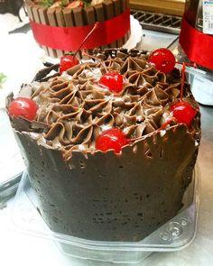 Chocotone trufado e decorado floresta negra. #natalpolos #natalgoiania #goiania  (em Polos Pães e Doces)