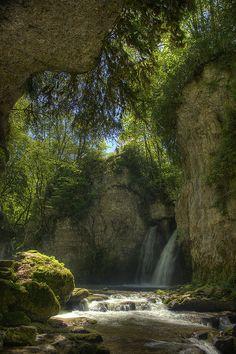 Tine de Conflens waterfall in Canton du Vaud, Switzerland (by Chacal1233).