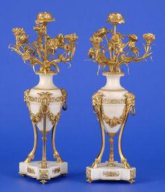 Paar Kandelaber im Louis XVI-Stil Frankreich 19. Jhdt. Vierflammig. Weißer Marmor und vergoldete Bronze. H 58 cm
