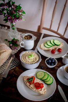 Spelt bread with hummus // Dinkelbrot mit Hummus